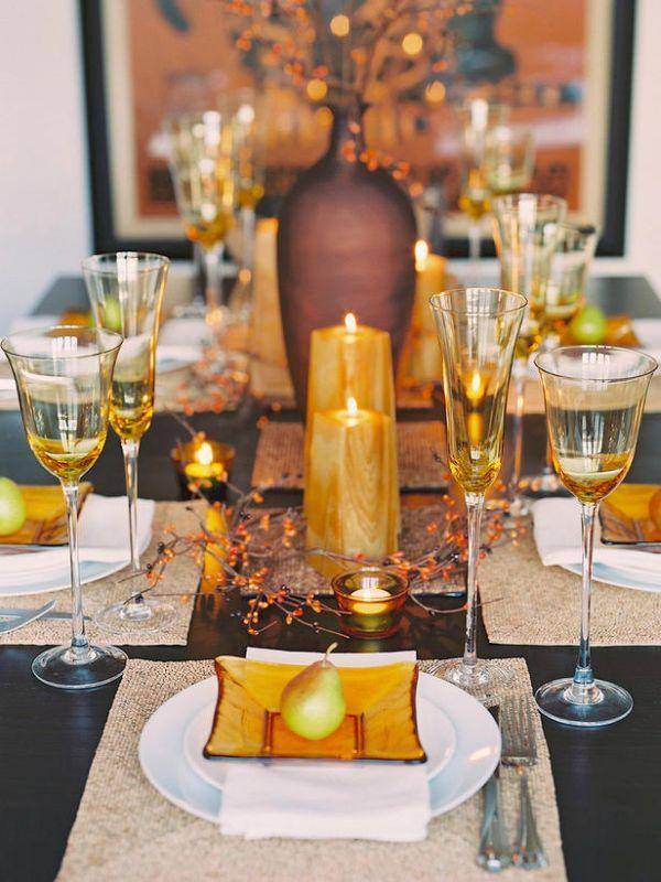 Золотые свечи на столе