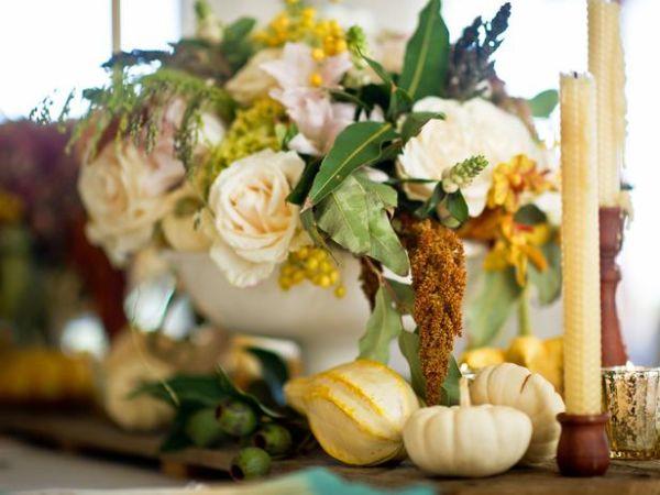 Тыквы возле букета цветов