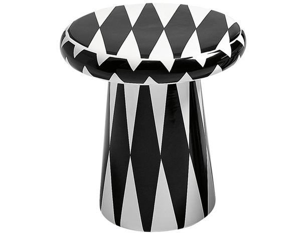 Деревянный столик с чёрно-белыми ромбами
