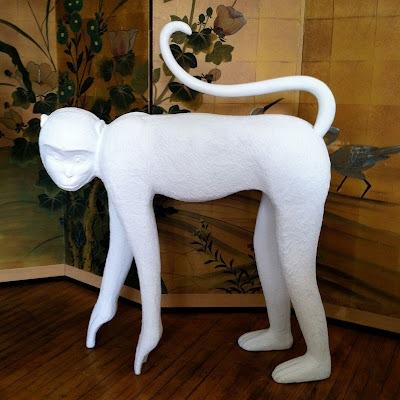 Предметы декора с отделкой под гипс: белая обузьянка