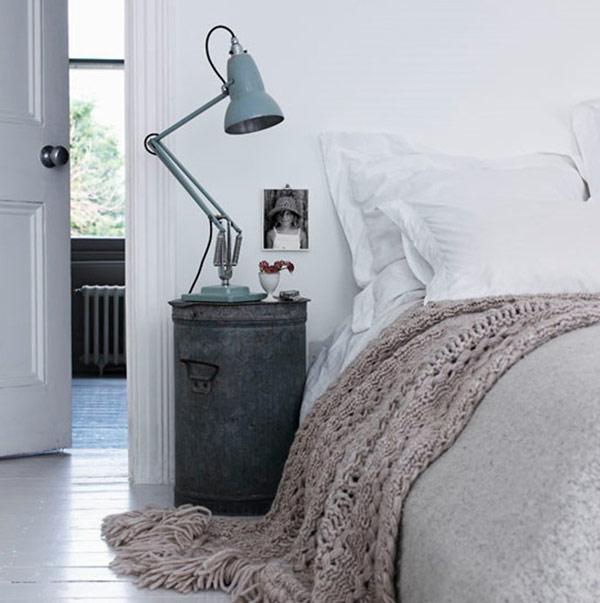 Стильная прикроватная тумбочка в интерьере спальни