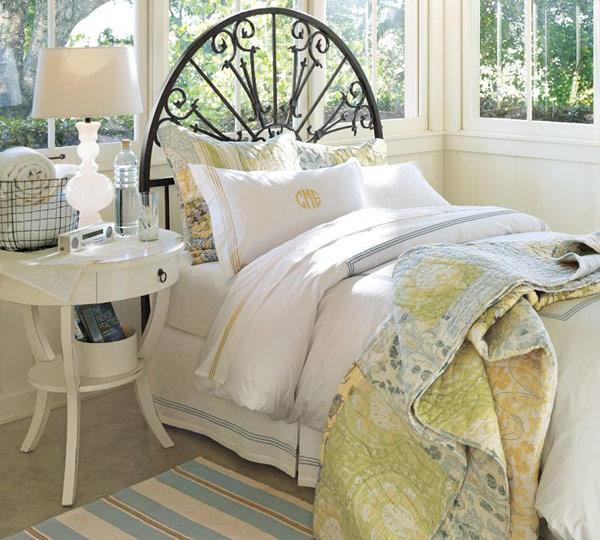Современная прикроватная тумбочка в интерьере спальни