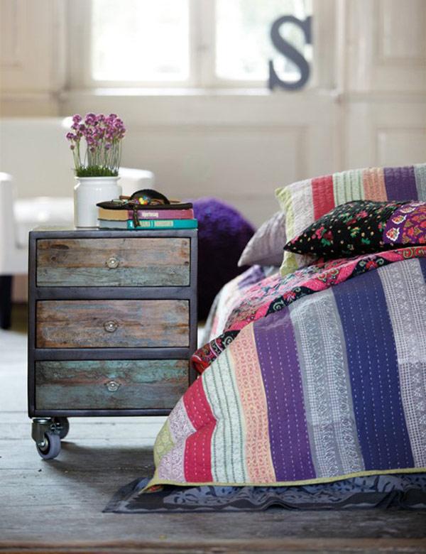 Очаровательная прикроватная тумбочка в интерьере спальни