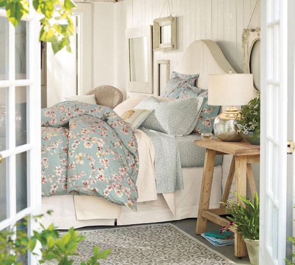 Элегантная прикроватная тумбочка в интерьере спальни