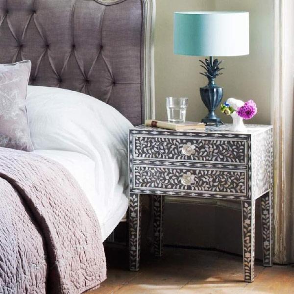 Роскошная прикроватная тумбочка в интерьере спальни
