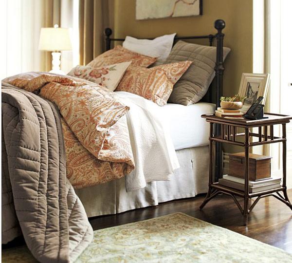 Красивая прикроватная тумбочка в интерьере спальни