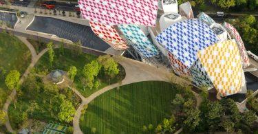 Здание Фонд Louis Vuitton с архитектурным декором фасада Дэниэля Бюрена