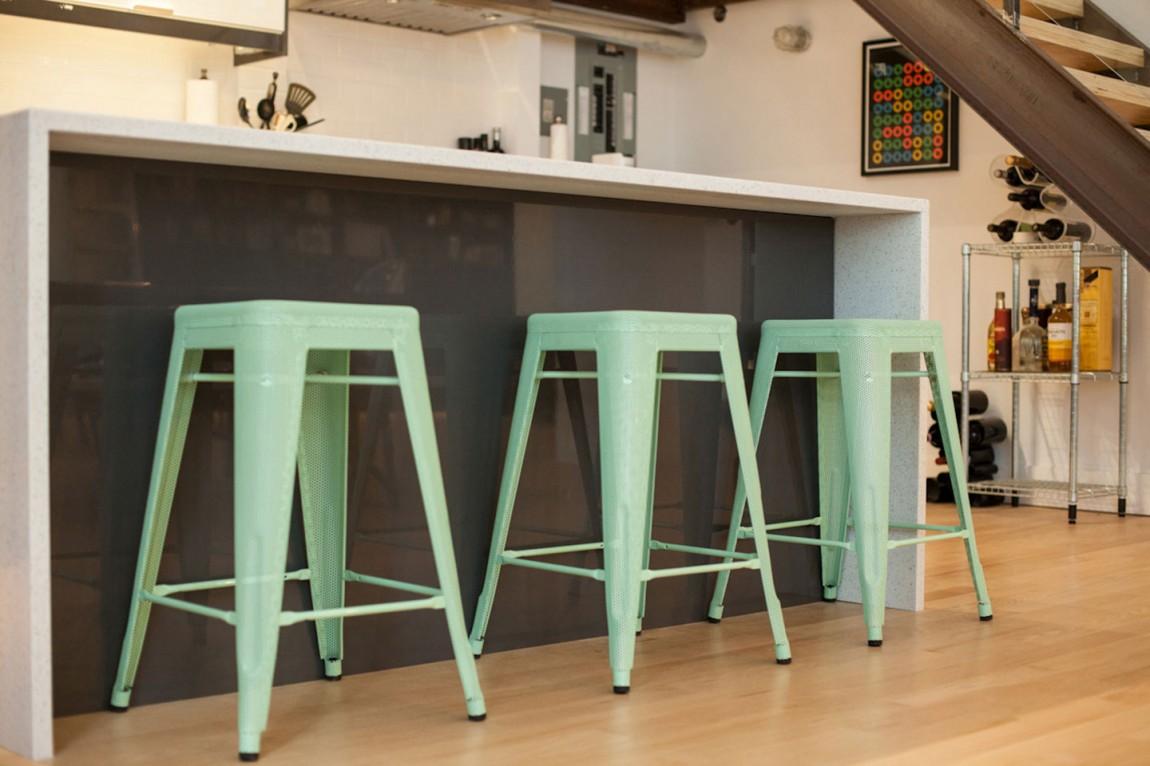 Пластиковые стулья в интерьере дома в Торонто