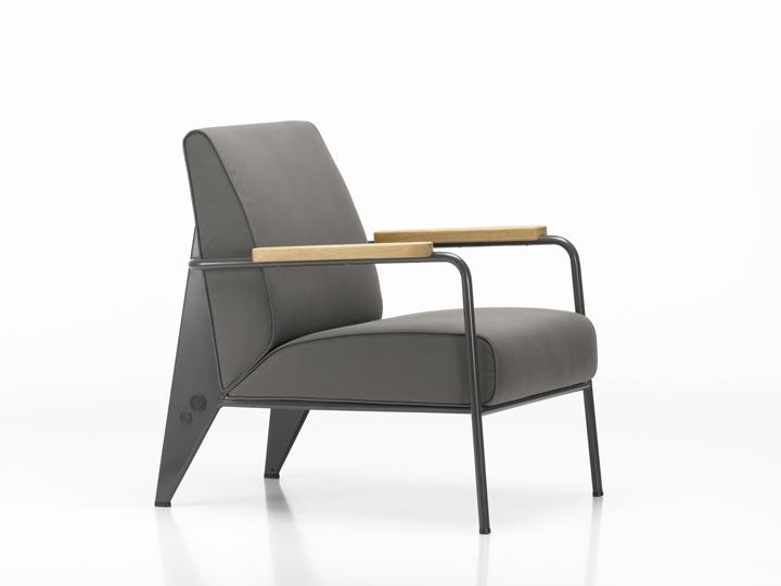 Красивое кресло на выставке Prouvé RAW