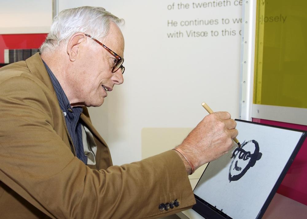 Дитер Рамс рисует шарж на себя