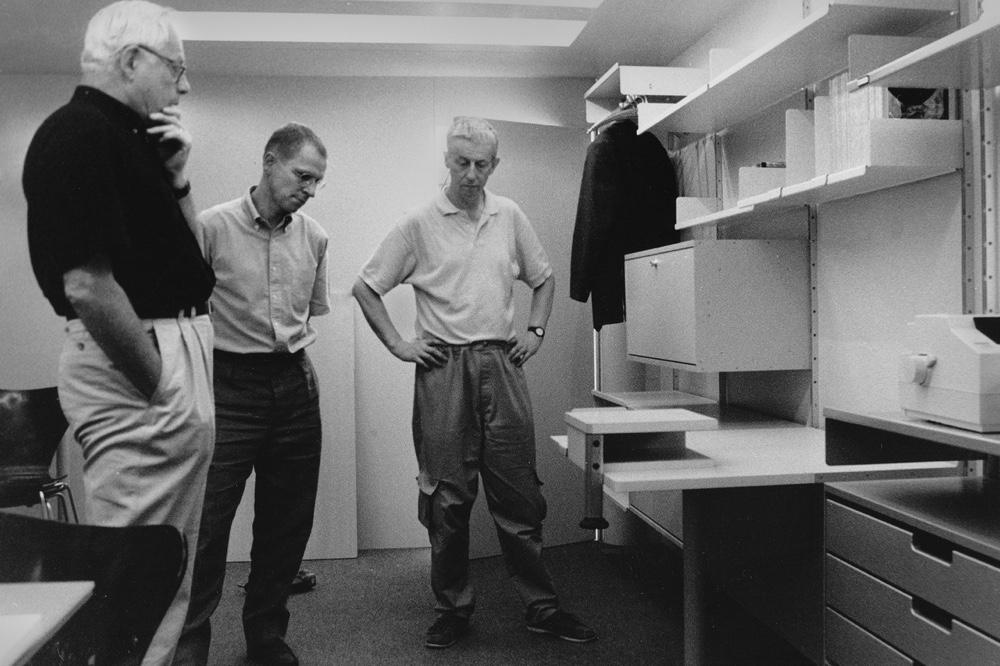 Дитер Рамс с коллегами рассматривает последнюю модель стеллажной системы