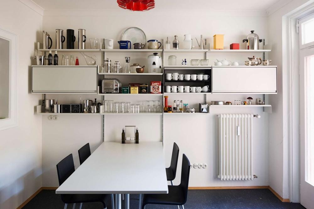 Стеллаж Дитера Рамса в минималистичном стиле в интерьере столовой