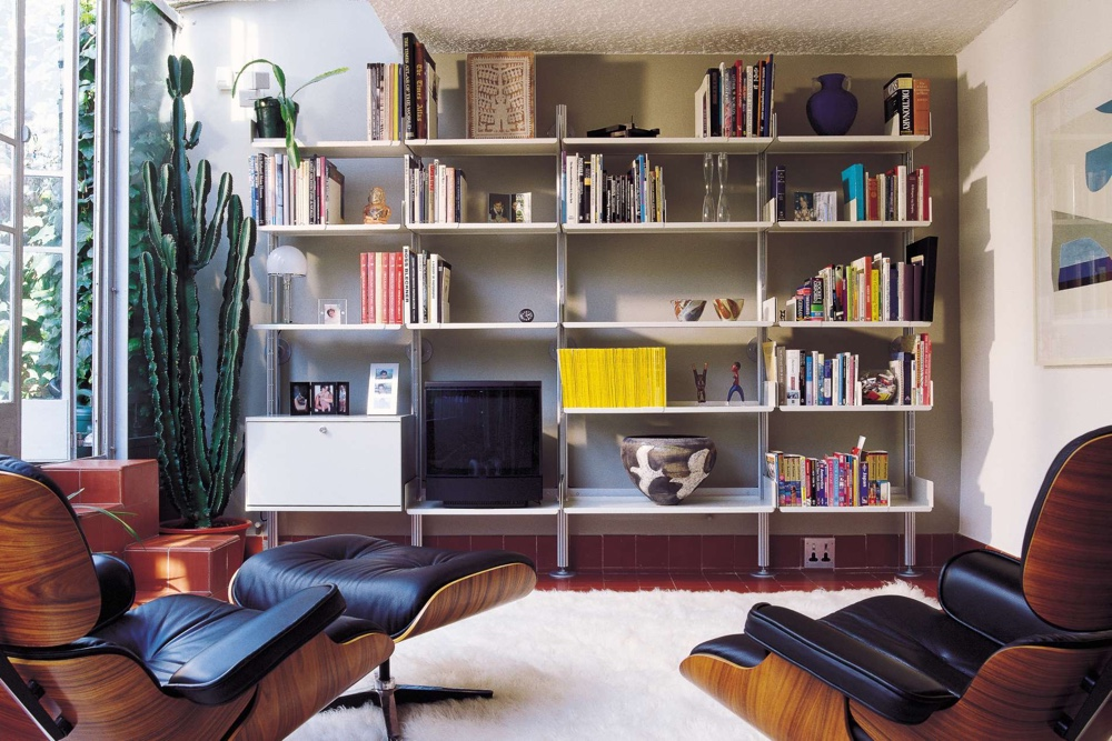 Стеллаж Дитера Рамса в минималистичном стиле в интерьере гостиной