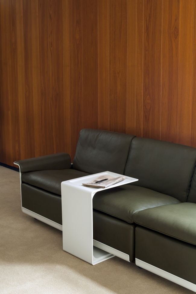 Белый стол из пластика Дитера Рамса в интерьере гостиной