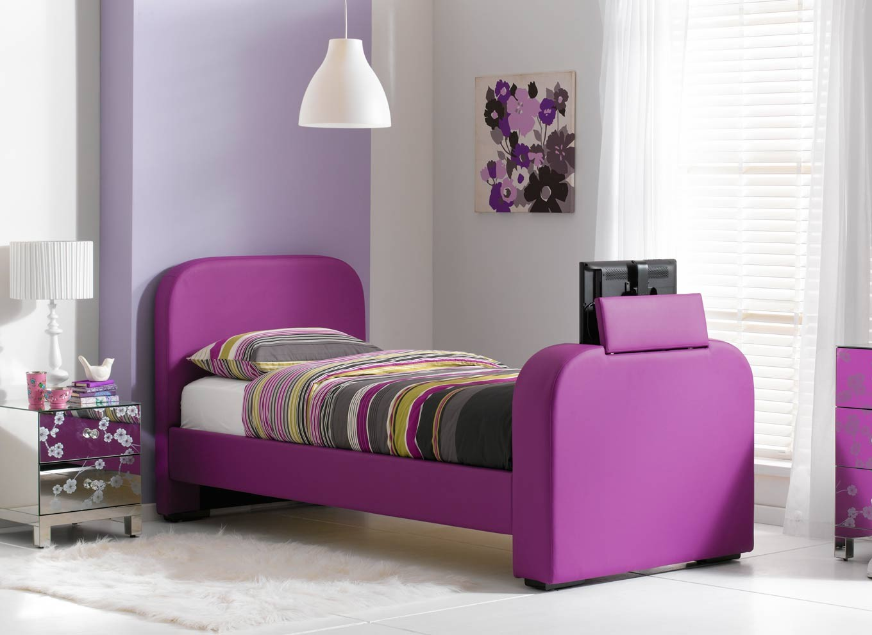 Сиреневая кровать в детской