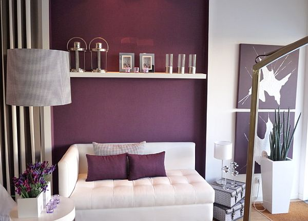 Подушки и стена в фиолетовом цвете
