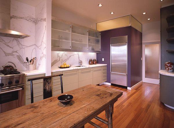 Фиолетовая стена на кухне
