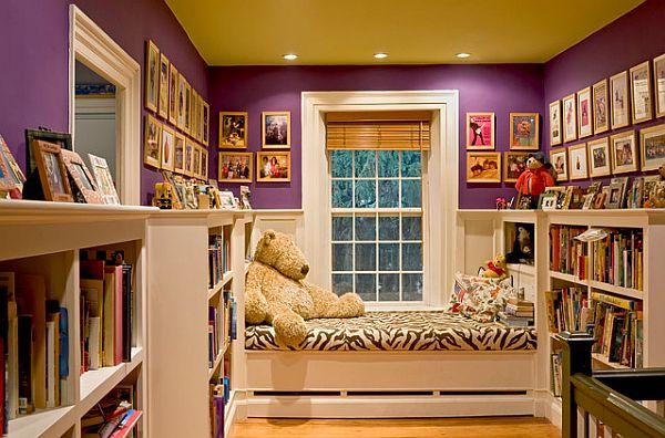 Фотографии в рамках на фиолетовой стене
