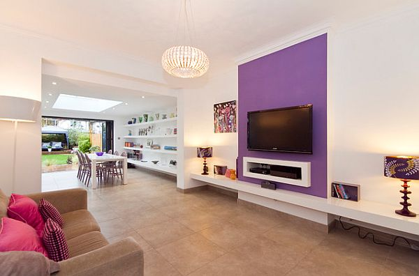 Плазма на фиолетовой стене