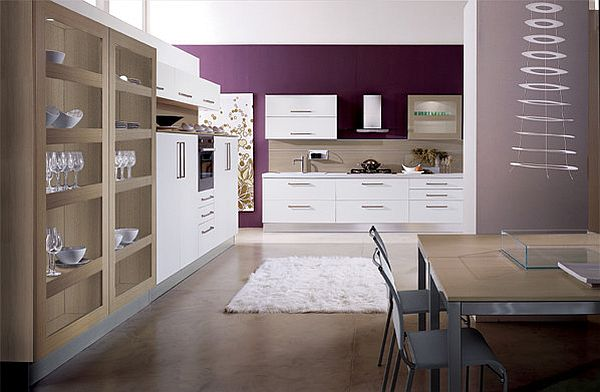 Фиолетовое оформление стены на кухне