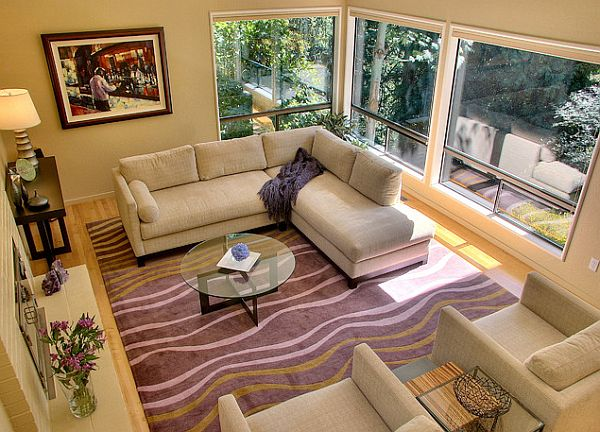 Фиолетовый оттенок ковра в гостиной