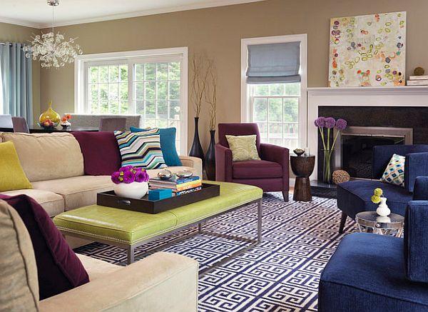 Фиолетовое кресло в гостиной с камином