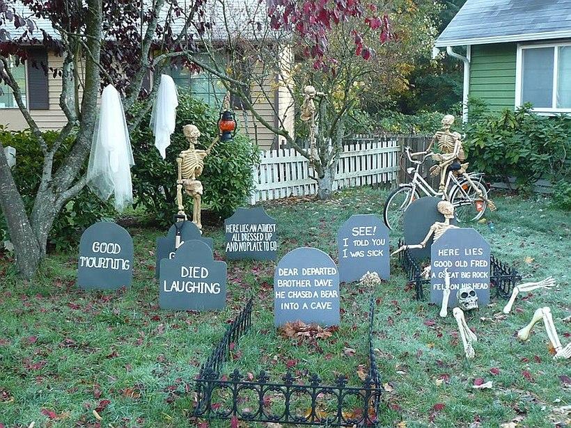 Надгробия во дворе к Хэллоуину