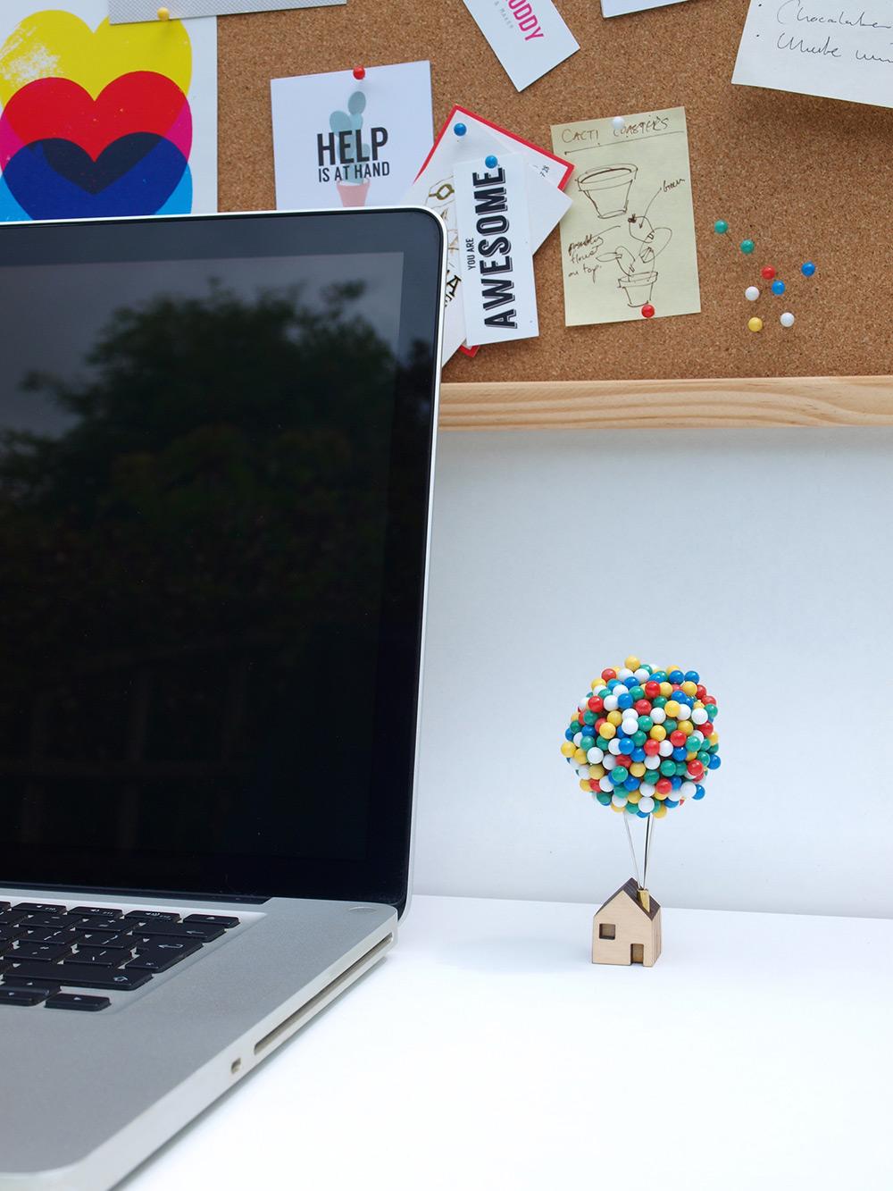 Цветные канцелярские кнопки: весёлая организация хранения от дизайнера Клайва Родди