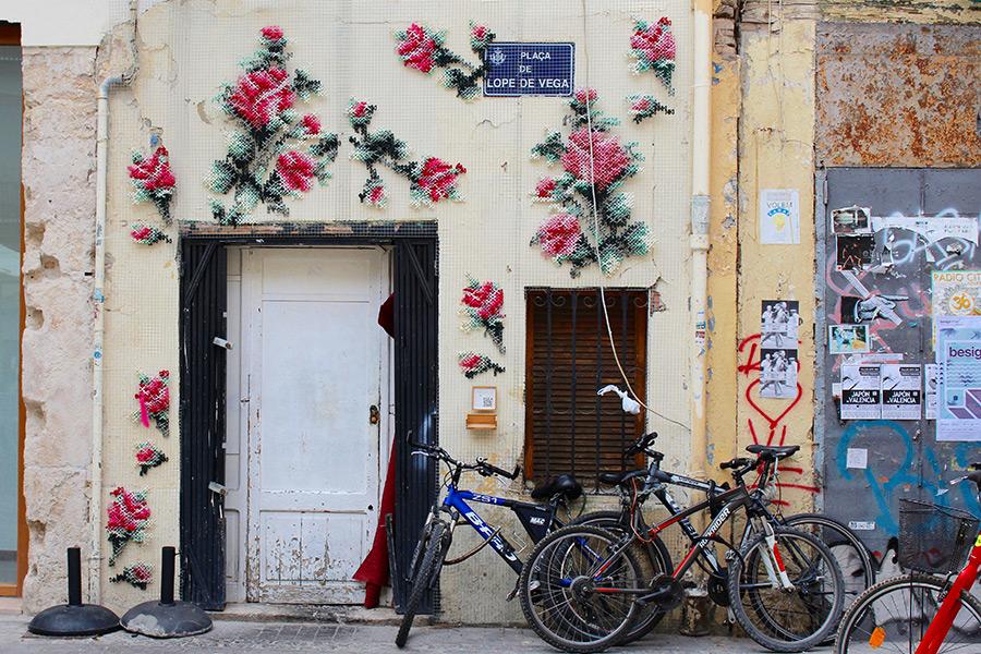 Ракель Родриго: цветочные вышивки крестом на фасадах зданий