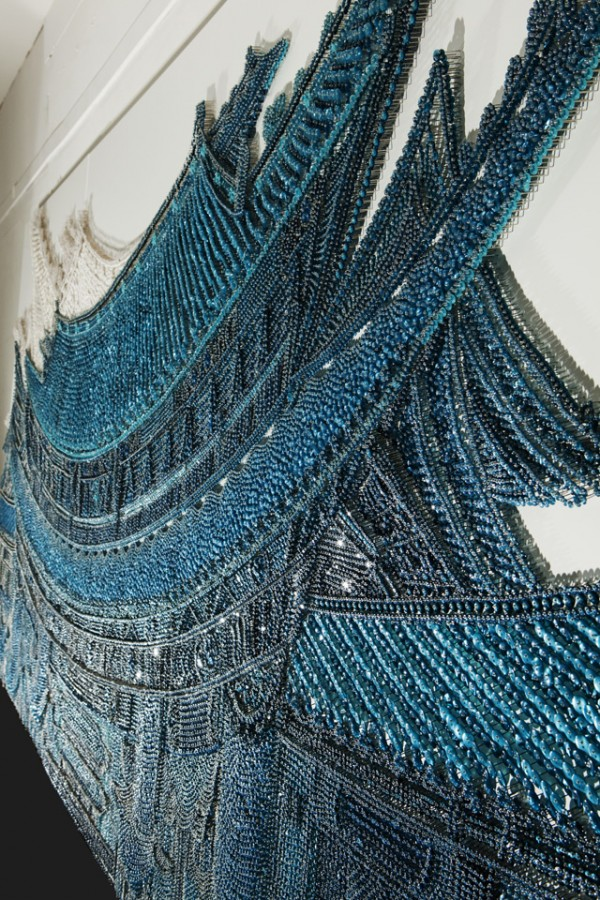 Настенная роспись в синем цвете из предметов для рукоделия