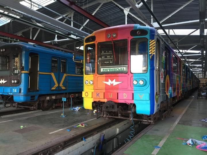 Раскраска вагонов метро в ярких цветах - Фото 6