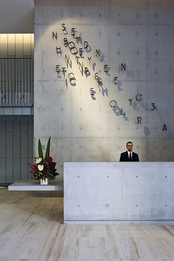 Буквенный декор на стене за стойкой для регистрации