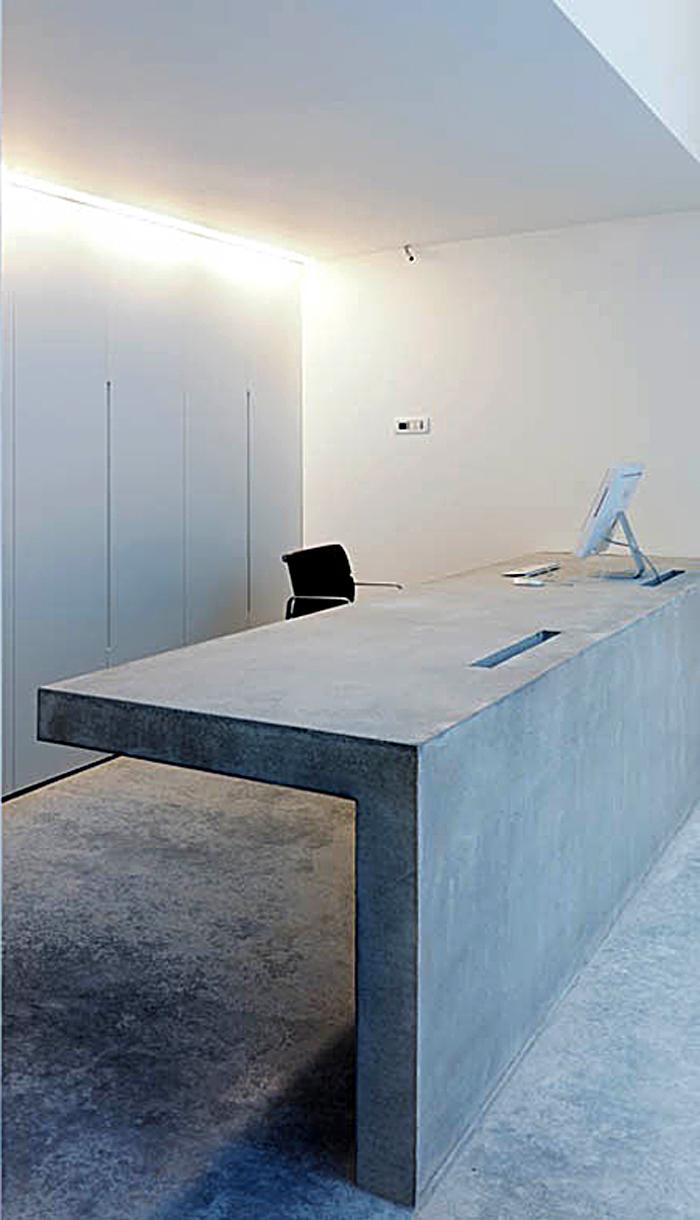 Офисный стул за стойкой для регистрации