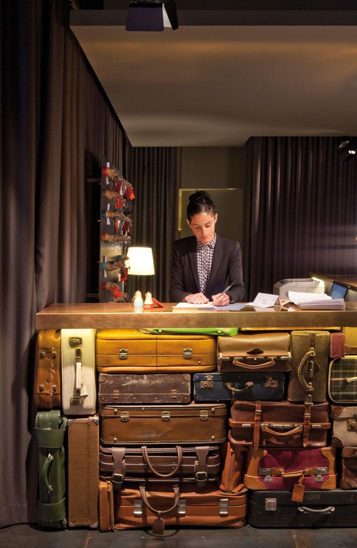 Приёмная отеля из чемоданов