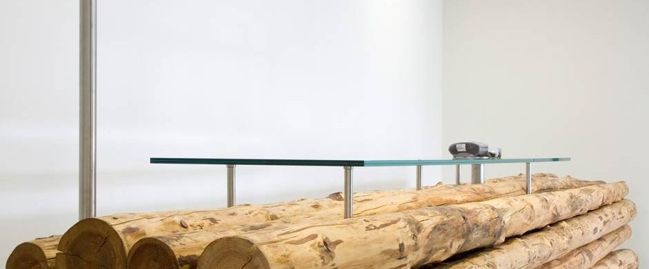 Деревянная стойка регистрации с применением стекла в интерьере приёмной