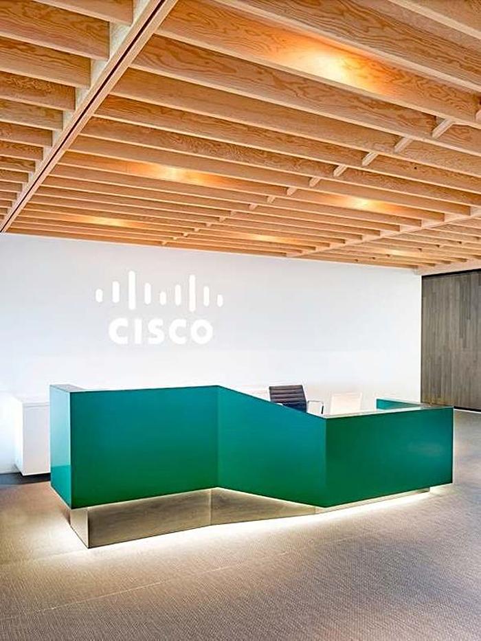 Зеленая стойка для регистрации в офисе CISCO