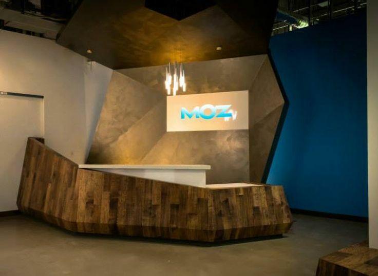 Геометрическая форма стойки для регистрации в офисе MOZ