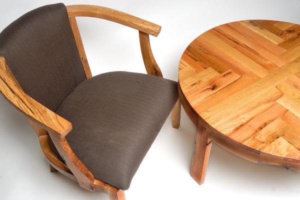 Деревянная мебель из переработанного сырья: кресло и круглый столик