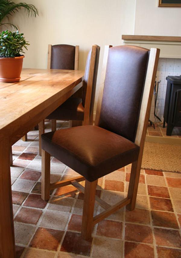 Чудесная деревянная мебель из переработанного сыря: стул с высокой спинкой