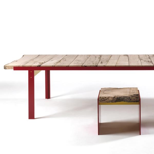 Яркая деревянная мебель из переработанного сырья: стол и табурет