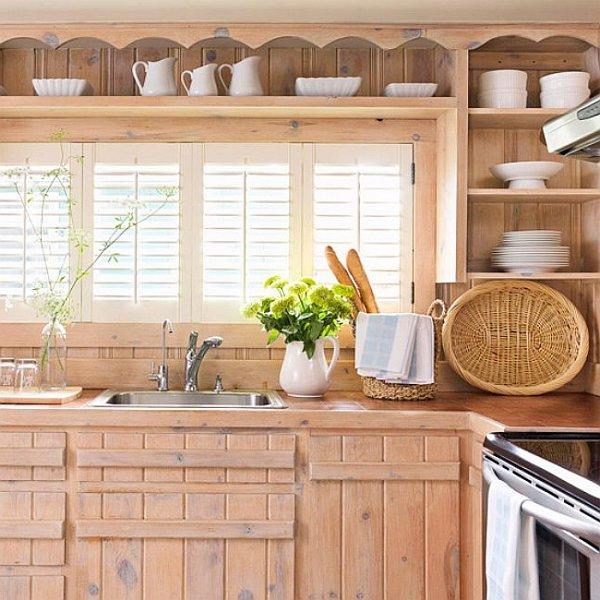 Кухонная тумба со светлыми дверцами