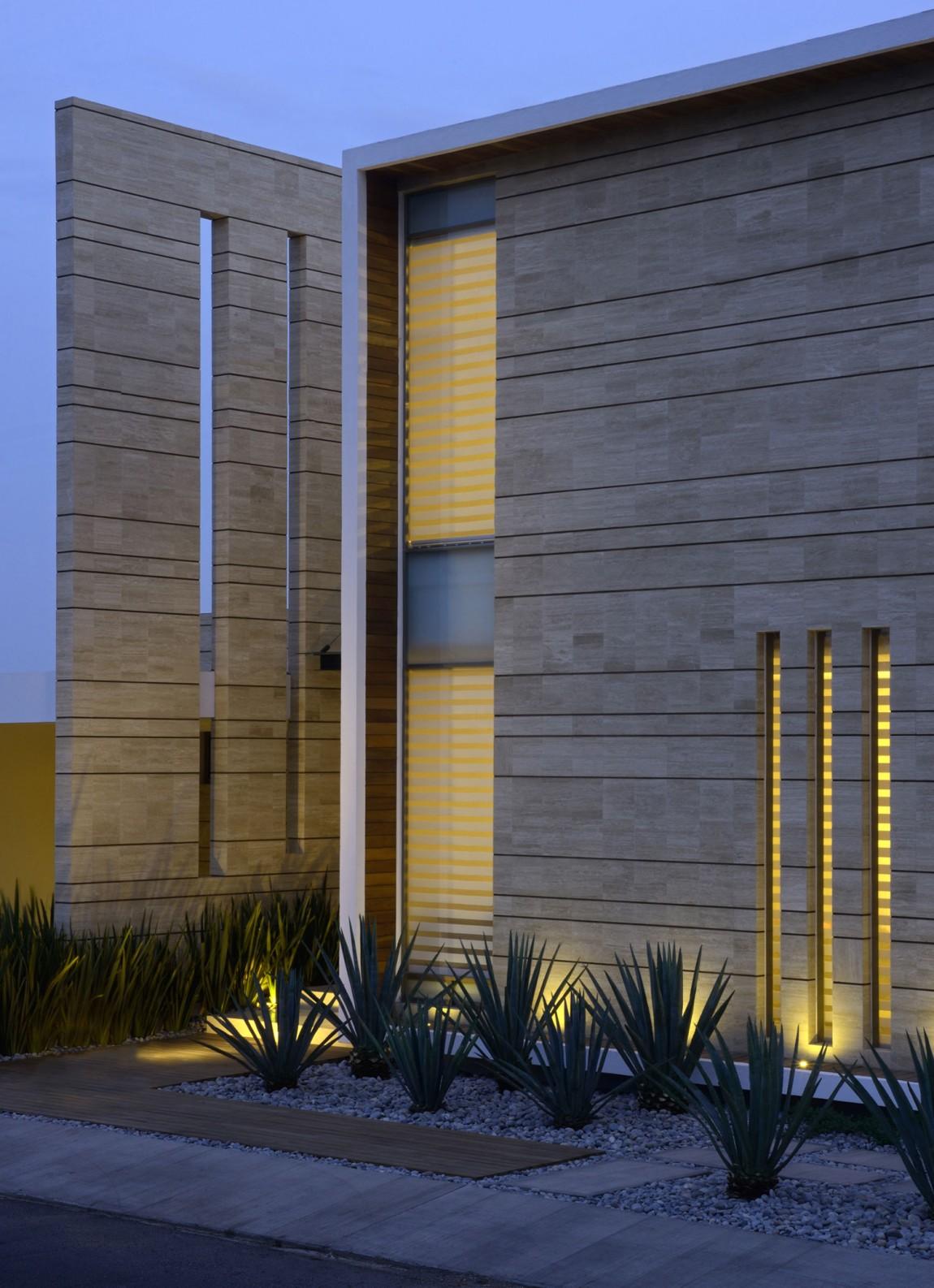 Уютный дом Casa Navona для мексиканской семьи в техно-стиле