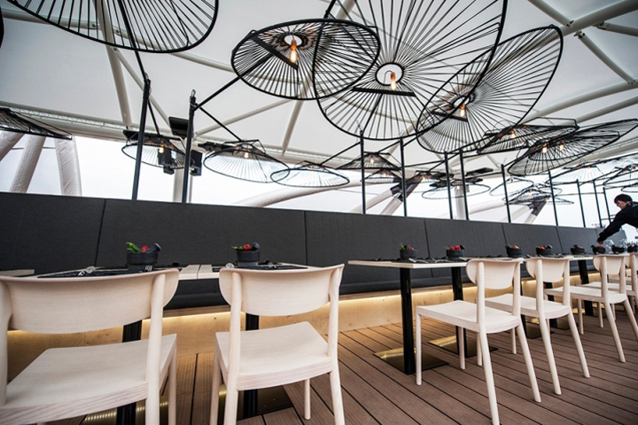 Необычные конструкции светильников над столиками