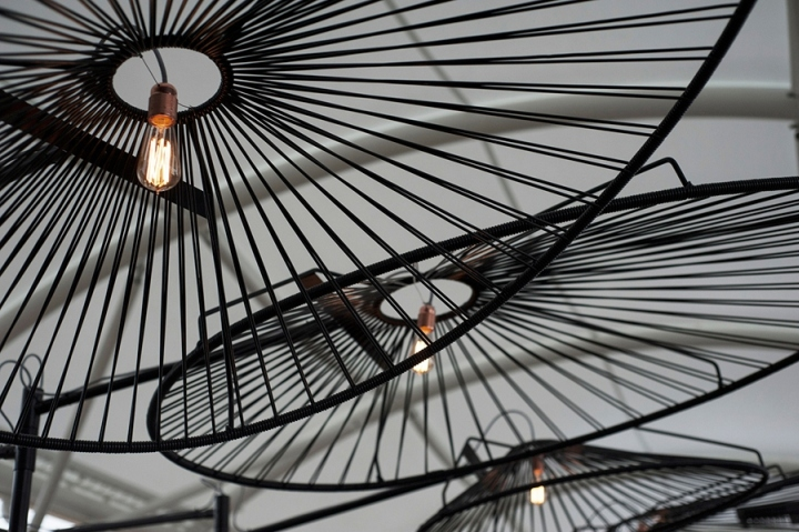 Светильники выполнены вручную и напоминают зонты