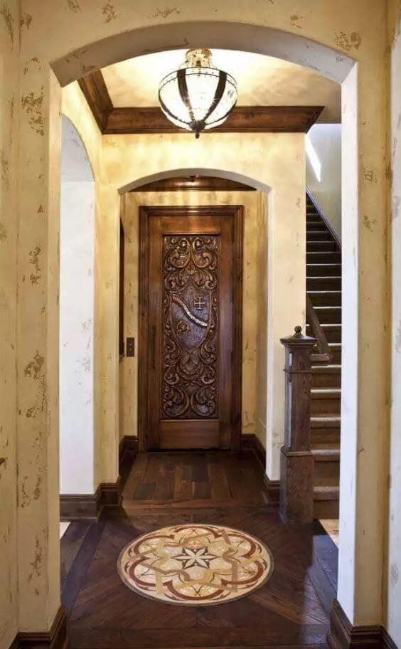 Резные двери из дерева: средневековые мотивы