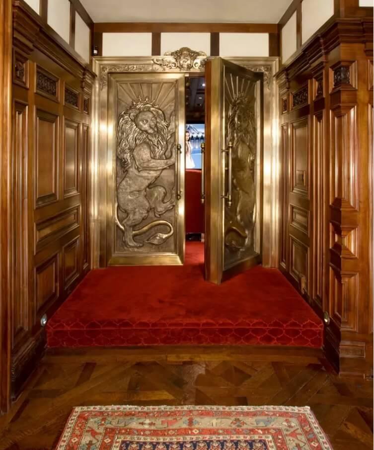Резные двери из дерева - фото 3