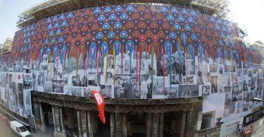 Огромный рисунок на фасаде