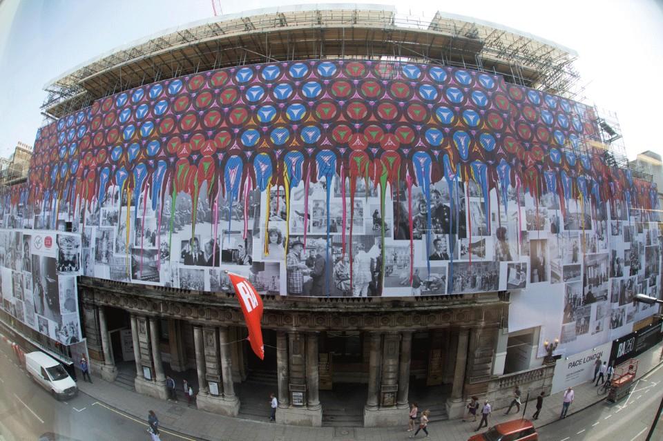 Огромный рисунок на фасаде Академии художеств