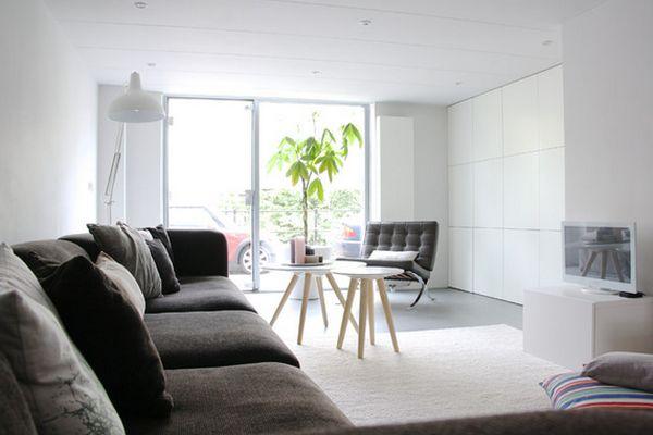 Белая гостиная с коричневой мебелью