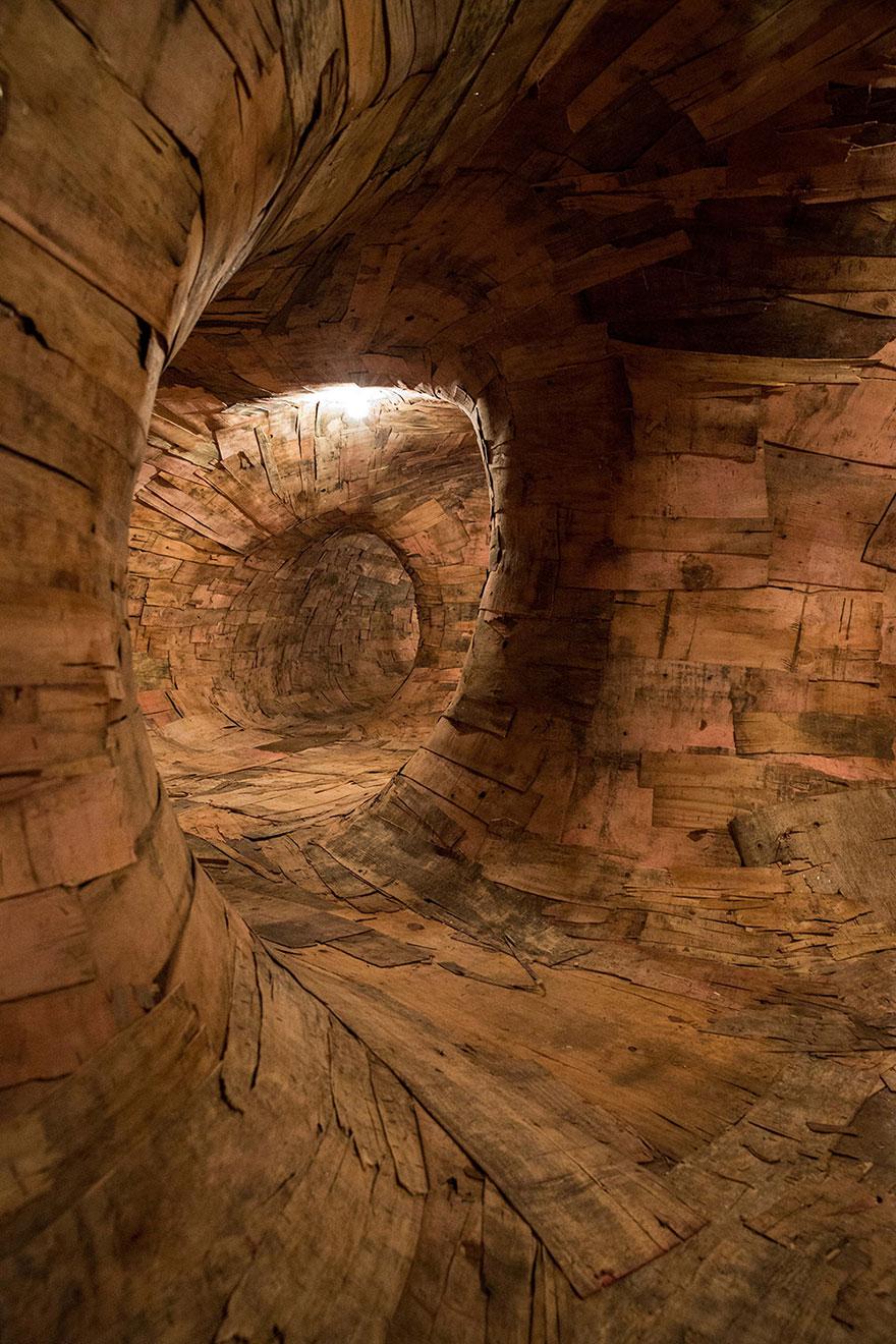 Энрике Оливейра из Бразилии из отходов деревянных стройматериалов и металла делает гигантские корни, точнее, их увеличенные копии